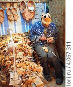 Плетение из лозы и лыка, мастер за работой, туристическая деревня Верхние Мандроги, Ленинградская область, Подпорожский район (2012 год). Редакционное фото, фотограф Анна Мишина / Фотобанк Лори