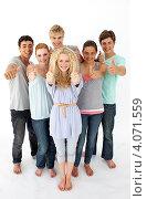 Купить «Веселая компания молодых людей показывают жестом, что все отлично», фото № 4071559, снято 22 октября 2009 г. (c) Wavebreak Media / Фотобанк Лори