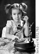 Купить «Девочка играет со старым телефоном», эксклюзивное фото № 4072763, снято 2 декабря 2012 г. (c) Куликова Вероника / Фотобанк Лори