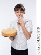 Купить «У молодой девушки большие сомнения по поводу этого торта», фото № 4073819, снято 1 декабря 2012 г. (c) Михаил Иванов / Фотобанк Лори