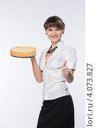 Купить «Молодая девушка предлагает вкусный торт», фото № 4073827, снято 1 декабря 2012 г. (c) Михаил Иванов / Фотобанк Лори