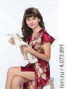 Купить «Миловидная девушка вышивает крестиком», фото № 4073891, снято 1 декабря 2012 г. (c) Михаил Иванов / Фотобанк Лори