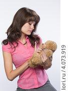 Купить «Одинокая девушка с мягкой игрушкой грустит», фото № 4073919, снято 1 декабря 2012 г. (c) Михаил Иванов / Фотобанк Лори