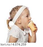 Купить «Девочка ест мороженое», фото № 4074259, снято 2 июня 2010 г. (c) Алексей Лосевич / Фотобанк Лори