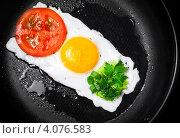 Купить «Съедобный светофор. Яичница с помидором и зеленью», фото № 4076583, снято 19 июля 2012 г. (c) EugeneSergeev / Фотобанк Лори