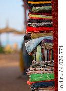 Разноцветные плетеные коврике стопкой на фоне пляжа (2012 год). Стоковое фото, фотограф Ксения Доброскок / Фотобанк Лори