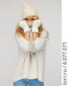 Купить «Жизнерадостная блондинка в вязаной шапке и шарфе на сером фоне», фото № 4077071, снято 7 октября 2012 г. (c) Syda Productions / Фотобанк Лори