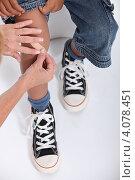 Купить «Ребенок с травмой колена», фото № 4078451, снято 30 июля 2010 г. (c) Phovoir Images / Фотобанк Лори