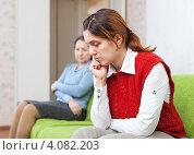 Взрослая дочь и ее мать после ссоры. Стоковое фото, фотограф Яков Филимонов / Фотобанк Лори