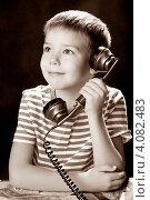Купить «Мальчик с телефонной трубкой. Сепия», эксклюзивное фото № 4082483, снято 2 декабря 2012 г. (c) Куликова Вероника / Фотобанк Лори