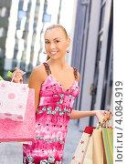 Купить «Молодая симпатичная женщина с разноцветными пакетами покупок после удачного похода по магазинам», фото № 4084919, снято 8 августа 2009 г. (c) Syda Productions / Фотобанк Лори