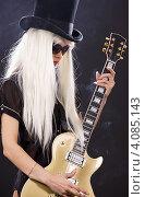 Купить «Блондинка с шляпе с гитарой на темном фоне», фото № 4085143, снято 29 декабря 2008 г. (c) Syda Productions / Фотобанк Лори