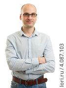 Купить «Улыбающийся мужчина стоит сложив руки», фото № 4087103, снято 24 ноября 2012 г. (c) Александр Лычагин / Фотобанк Лори