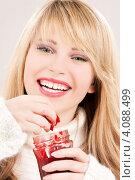 Купить «Молодая женщина со светлыми волосами в свитере с малиновым джемом в руках», фото № 4088499, снято 7 марта 2009 г. (c) Syda Productions / Фотобанк Лори