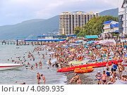 Купить «Многолюдный центральный городской пляж в Лазаревском», фото № 4089935, снято 28 августа 2012 г. (c) Владимир Сергеев / Фотобанк Лори