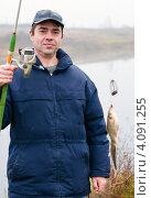 Купить «Счастливый рыбак с двумя карасями на крючке и удочкой в руках», эксклюзивное фото № 4091255, снято 5 ноября 2012 г. (c) Игорь Низов / Фотобанк Лори