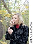 Купить «Красивая сорокалетняя женщина купирует приступ бронхиальной астмы с помощью ингалятора», фото № 4099467, снято 15 октября 2012 г. (c) Виктория Фрадкина / Фотобанк Лори