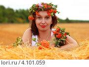 Девушка лежит на стоге сена в поле. Стоковое фото, фотограф сергей саяпин / Фотобанк Лори