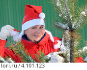 Купить «Женщина в костюме Снегурочки у елки», эксклюзивное фото № 4101123, снято 9 декабря 2012 г. (c) Юрий Морозов / Фотобанк Лори