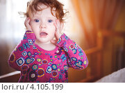 Кудрявая маленькая девочка удивленно смотрит. Стоковое фото, фотограф Евстратенко Юлия Викторовна / Фотобанк Лори