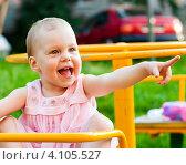 Купить «Маленькая девочка на качелях в детском городке», эксклюзивное фото № 4105527, снято 8 июля 2012 г. (c) Игорь Низов / Фотобанк Лори