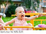 Купить «Маленькая девочка на качелях открыла рот и высунула язык», эксклюзивное фото № 4105531, снято 8 июля 2012 г. (c) Игорь Низов / Фотобанк Лори