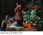 Купить «Натюрморт с рябиной и красным вином», фото № 4106175, снято 8 августа 2012 г. (c) Марина Володько / Фотобанк Лори