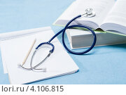 Купить «Медицинские книги, стетоскоп и записи врача», фото № 4106815, снято 9 июля 2012 г. (c) CandyBox Images / Фотобанк Лори