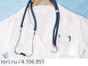 Купить «Белый халат врача на вешалке», фото № 4106851, снято 10 июля 2012 г. (c) CandyBox Images / Фотобанк Лори