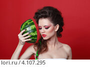 Купить «Красивая брюнетка с ярким макияжем держит половинку арбуза», фото № 4107295, снято 29 августа 2012 г. (c) Photobeauty / Фотобанк Лори