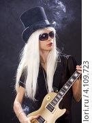 Купить «Курящая гитаристка с белыми волосами и в шляпе», фото № 4109723, снято 29 декабря 2008 г. (c) Syda Productions / Фотобанк Лори