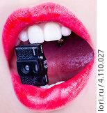 Маленькая шпионская камера во рту у женщины. Стоковое фото, фотограф Logunov Maxim / Фотобанк Лори