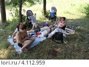 Купить «Семья отдыхает в летний полдень», эксклюзивное фото № 4112959, снято 16 июля 2011 г. (c) Дмитрий Неумоин / Фотобанк Лори