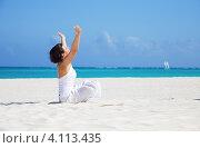 Купить «Молодая женщина медитирует в позе лотоса на песочном пляже у моря», фото № 4113435, снято 23 января 2010 г. (c) Syda Productions / Фотобанк Лори