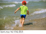 Купить «Ребенок, бегущий по берегу моря», фото № 4116551, снято 7 июля 2011 г. (c) Елена Корнеева / Фотобанк Лори