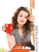 Купить «Красивая молодая домохозяйка на кухне», фото № 4119039, снято 3 января 2010 г. (c) Syda Productions / Фотобанк Лори