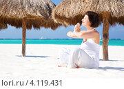 Купить «Молодая женщина занимается йогой на пляже», фото № 4119431, снято 23 января 2010 г. (c) Syda Productions / Фотобанк Лори
