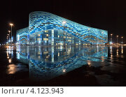 """Ледовый дворец """"Айсберг"""" ночью в дождь. Сочи, Олимпийский парк. Редакционное фото, фотограф Павел Широков / Фотобанк Лори"""