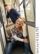Молодая пара в тамбуре. Стоковое фото, фотограф CandyBox Images / Фотобанк Лори