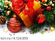 Новогодние игрушки с подарком, фото № 4124859, снято 26 октября 2012 г. (c) Наталия Кленова / Фотобанк Лори