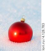 Красная елочная игрушка на снегу. Стоковое фото, фотограф Standard Primitive / Фотобанк Лори