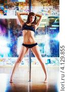 Купить «Стройная девушка танцует на пилоне», фото № 4129855, снято 9 мая 2012 г. (c) chaoss / Фотобанк Лори