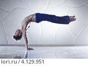 Купить «Мужчина выполняет акробатические упражнения», фото № 4129951, снято 29 января 2012 г. (c) chaoss / Фотобанк Лори