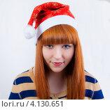 Портрет улыбающейся рыжеволосой девушки в новогоднем колпаке. Стоковое фото, фотограф Logunov Maxim / Фотобанк Лори
