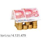 Купить «Игрушечный домик построенный из монет и банкнот, белый фон», фото № 4131479, снято 25 ноября 2012 г. (c) Mikhail Starodubov / Фотобанк Лори