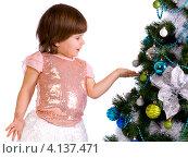 Нарядная девочка у новогодней елки, изолировано на белом фоне. Стоковое фото, фотограф Евгений Андреев / Фотобанк Лори