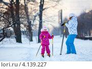 Мама с ребенком катаются на лыжах в городском парке. Стоковое фото, фотограф Кекяляйнен Андрей / Фотобанк Лори