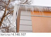 Купить «Сосульки на крыше здания», эксклюзивное фото № 4140107, снято 22 декабря 2012 г. (c) Елена Коромыслова / Фотобанк Лори