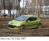Купить «Парковка машины в сквере, 13-Парковая улица, район Измайлово, Москва», эксклюзивное фото № 4142187, снято 4 апреля 2010 г. (c) lana1501 / Фотобанк Лори