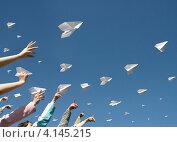 Купить «Детские руки запускают в небо бумажные самолетики», фото № 4145215, снято 22 сентября 2018 г. (c) Владимир Мельников / Фотобанк Лори